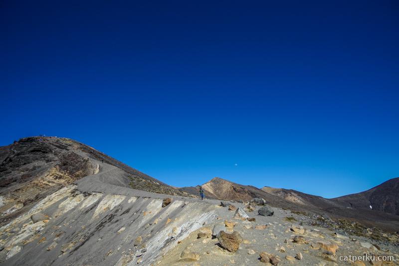 Tongariro Alpine Crossing, jalur trekking sepanjang 19,4 kilometer yang melewati area gunung vulkanik aktif