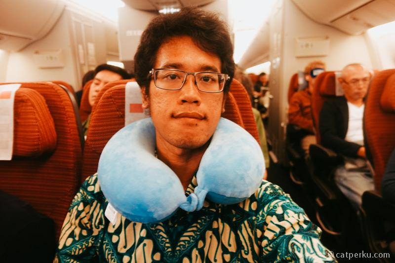 Abaikan muka kucel saya! Kelas ekonomi Japan Airlines emang oke punya!
