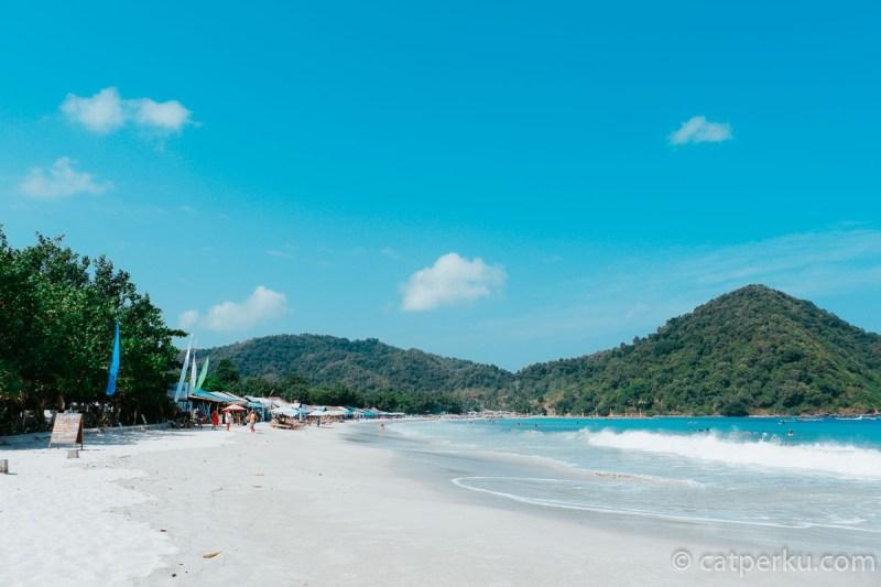 Ada beberapa warung untuk menyantap kuliner seafood di pantai ini.