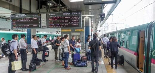 Antri naik shinkansen Hayate ke Hachinohe
