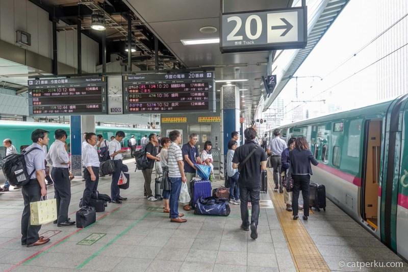 Antri naik shinkansen Hayate ke Hachinohe. Liburan musim panas di Jepang membuat suasana stasiun makin sibuk!