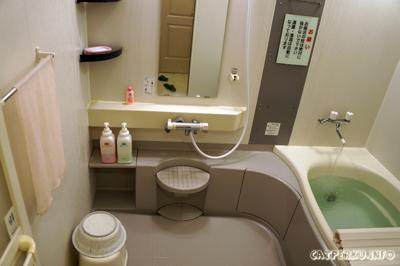 Kamar mandi ala Jepang Aozora Inn