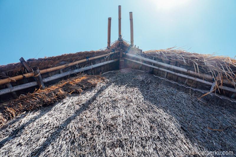Atapnya terbuat dari kayu, yang ditutup dengan rumput gajah atau kadang juga diganti dengan alang-alang