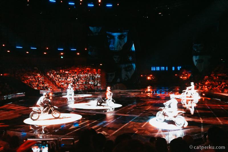 Atraksi akrobatik di The Amazing Show Of The House of Dancing Water apalagi!