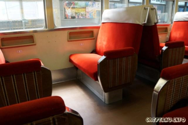Bagian dalam kereta api yang akan mengantarkan sampai ke Tateyama cable car station