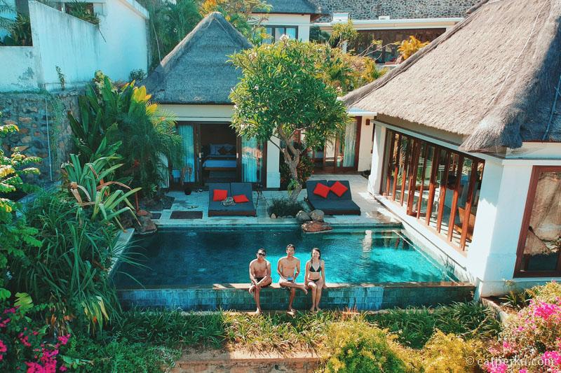 Bagian favorit saya private pool di The Griya Villas And Spa. Langsung berantakan sesaat setelah datang. Meski capek, tetep aja bawaannya langsung pengen nyemplung :D