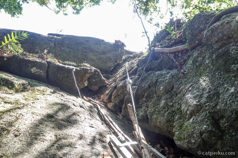 Bagian paling ekstrim untuk naik ke puncak batu granit raksasa di Belitung bagian selatan ini