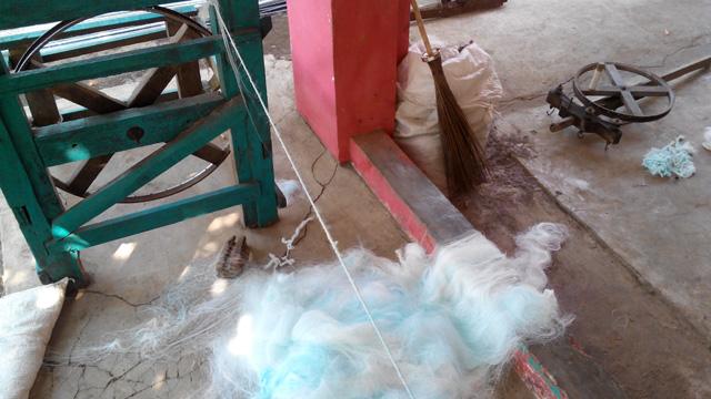 Bahan limbah textil yang akan dipintal menjadi tali tambang