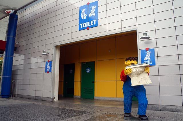 Bahkan toilet di Legoland Malaysia ini lucu :D