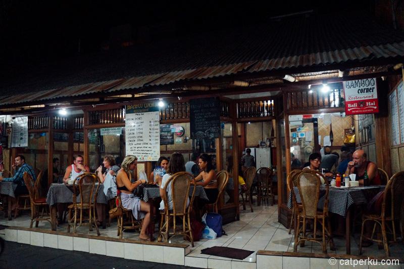 Bamboo Corner, tempat makan sekaligus nongkrong di Poppies Lane I Kuta
