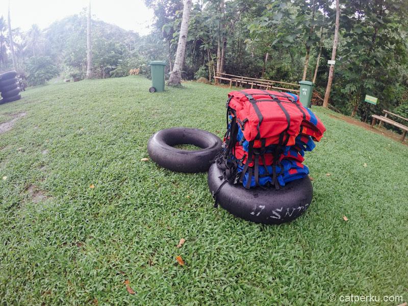 Ban karet dan life jacket perlengkapan river tubing. Pilihlah perlengkapan yang nyaman untuk dipakai.