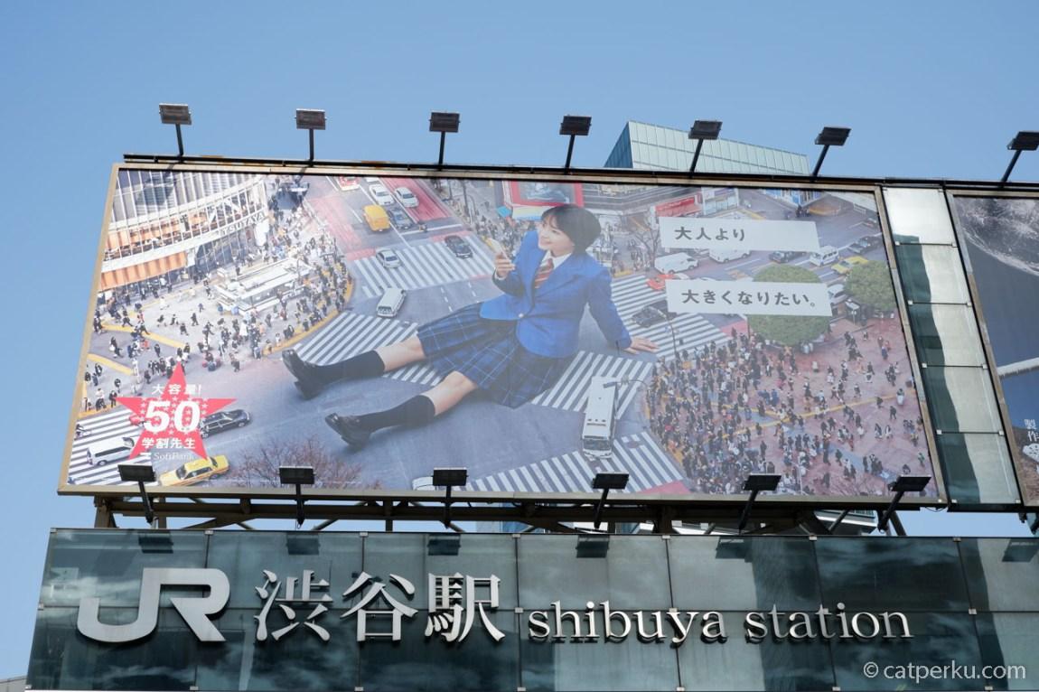 Banner iklan di JR Shibuya Station