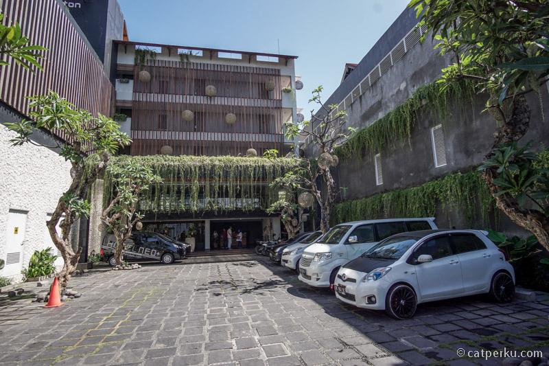 Bawa mobil pun bisa kalau mengina di Neo+ Legian hotel ini