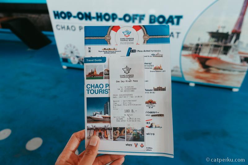 Bebas naik turun kapal turis di Chao Phraya tak terbatas.