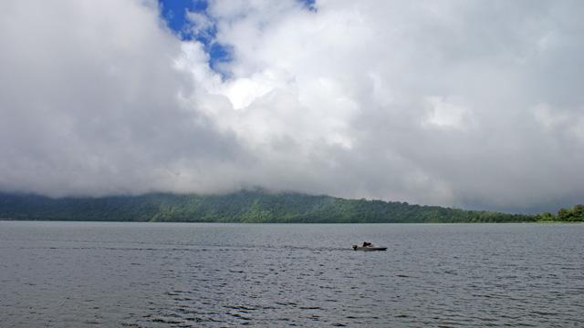 Danau Beratan, Danau Paling Terkenal diKawasan Wisata Danau Bedugul Bali. Selain bisa dinikmati keindahannya, juga tersedia banyak tersedia wisata air disini.