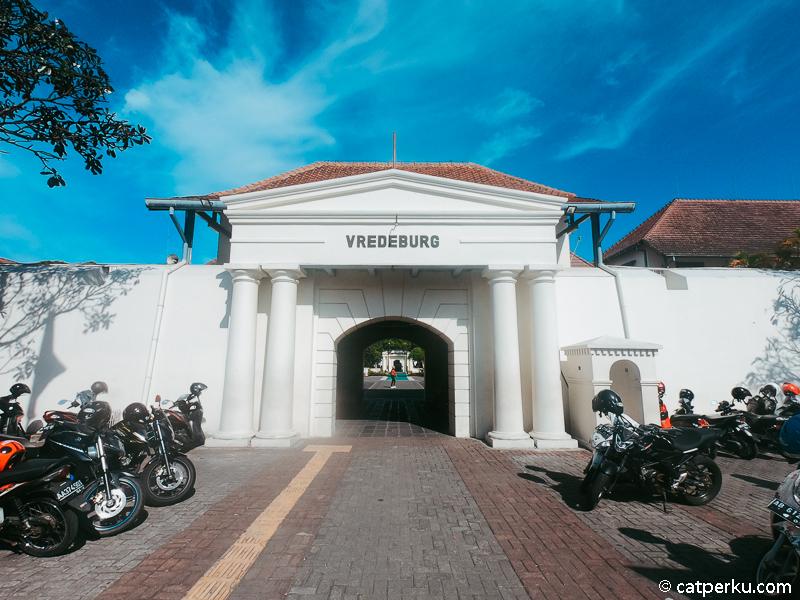 Benteng Vredeburg adalah salah satu tempat wisata Jogja yang dekat sekali dengan Jalan Malioboro!