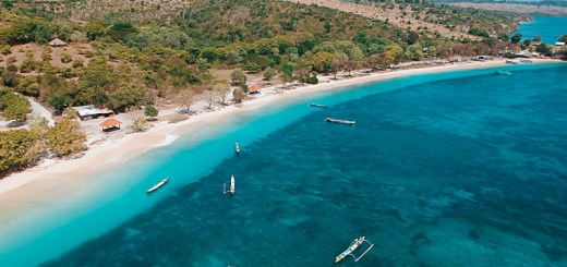 Berenang di Pantai Pink Lombok adalah suatu hal yang menyenangkan. Apalagi lautnya biru sekali seperti ini!