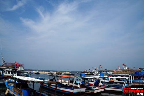 Sepertinya mata pencaharian sebagian penduduk pulau ini adalah nelayan ya? Ada banyak banget perahunya itu.