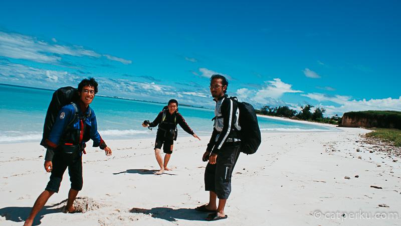 Bermain pasir di Pantai Cemara Lombok bersama teman.