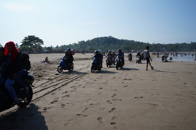 Bersenang - senang sih boleh saja, tapi naik sepeda motor di pantai? Serius? Bagaimana jika ada yang tertabrak?