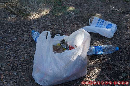 Biasakan bawa tas kresek buat naruh sampah ketika traveling, kadang tempat sampah sulit ditemuin ketika di jalan, apalagi ditengah gunung.