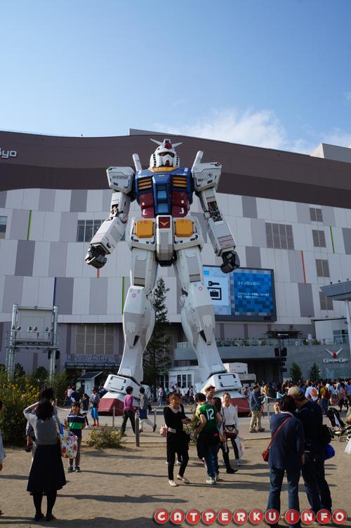 Banyak orang yang mau berfoto dengan si Gundam