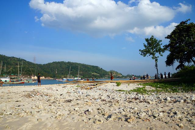 Bibir pantai Pulau Merak kecil banyak dipenuhi dengan batu karang kecil yang mungkin terbawa ketika air laut sedang pasang.