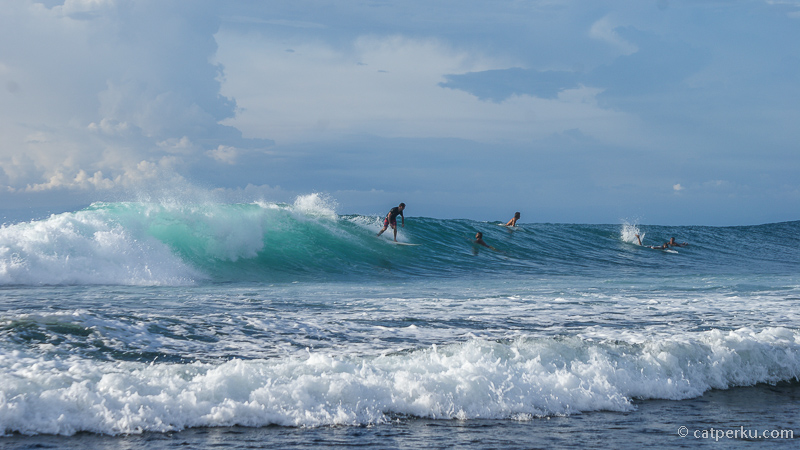 Bisa dilihat sendiri bagaimana kerennya ombak di pantai terbaik untuk surfing di Bali ini