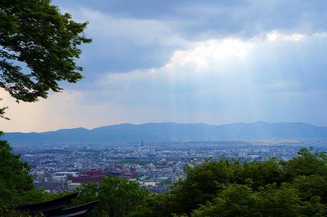 Bisa juga melihat lansekap Kota Kyoto dari persimpangan Yotsutsuji, Fushimi Inari.