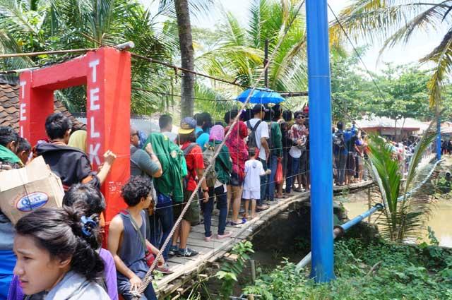 Bukan antri beras, tapi antri menyebrang jembatan pintu keluar masuk Desa Sawarna! Pada mau main ke Pantai Sawarna Beach Sukabumi semua nih.