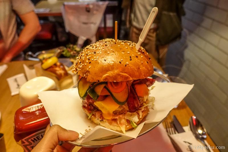Burger andalan di Burger & Lobster Genting! Salah satu menu yang saya rekomendasikan buat dicoba disini!