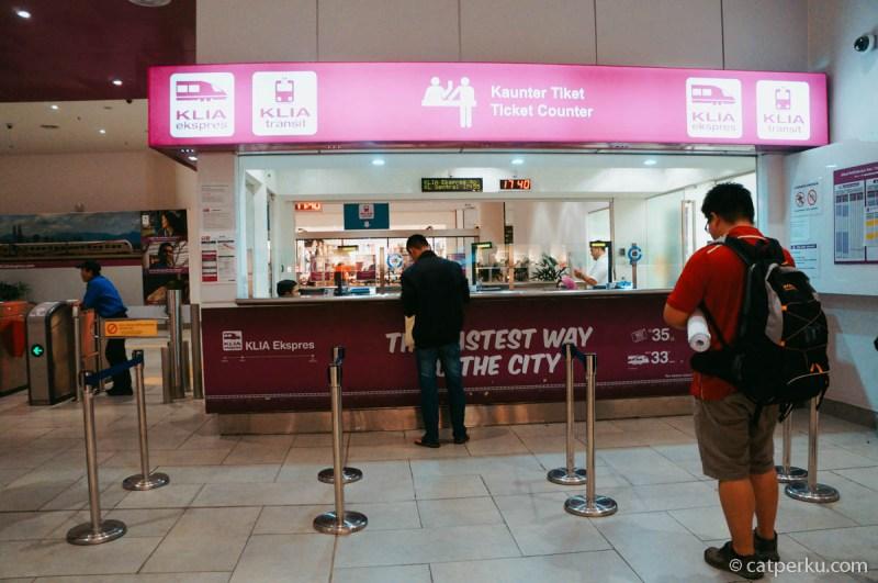 Cara paling mudah tapi lumayan mahal dari KLIA2 ke Kuala Lumpur adalah dengan naik KLIA EXPRESS