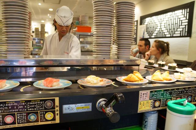 Chef yang selalu sigap menyiapkan sushi.