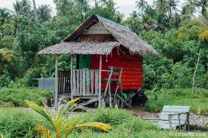 Kalau turis Indonesia, lebih suka tinggal di cottage sederhana yang berwaran-warni seperti ini