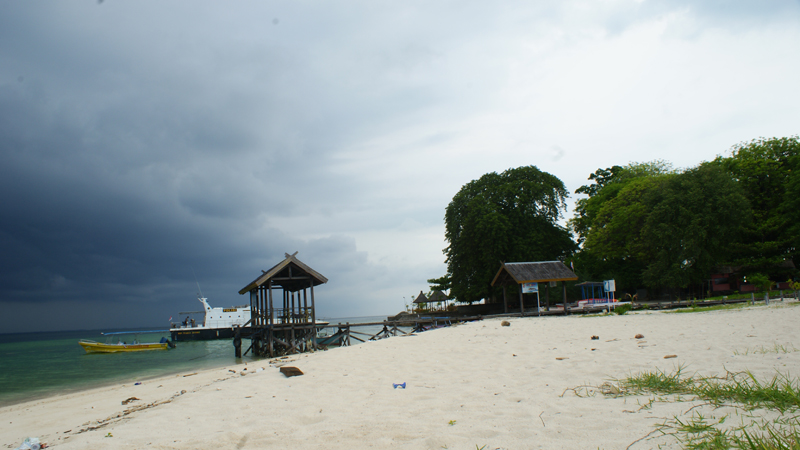 Pulau Samalona Island dengan Dermaga kayunyanya. Salah satu tempat berenang dan snorkeling di pulau ini adalah di sekitar dermaga ini.