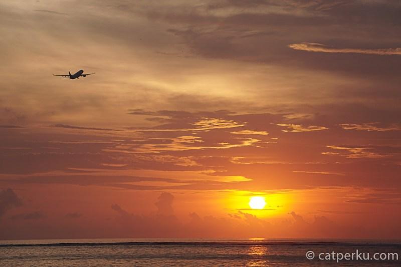 Dari Pantai Jerman Bali ini kamu bisa menikmati senja sekaligus melihat pesawat yang sedang take off dan landing.