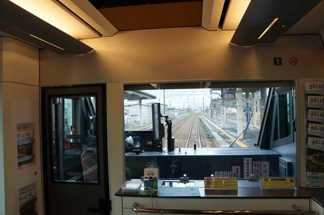 Dari depan ini, saya bisa melihat jauh kedepan, juga tahu stasiun apa saja yang akan dilewati