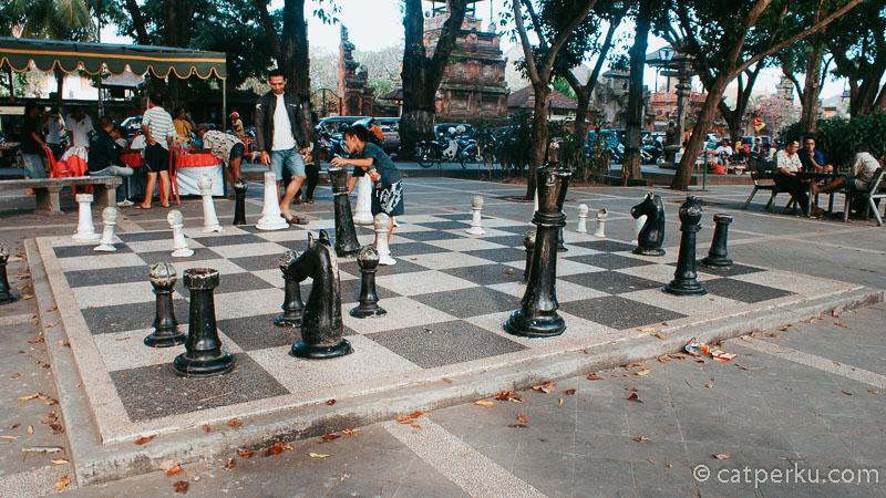 Di Lapangan Puputan Badung ini ada papan catur raksasa yang unik!