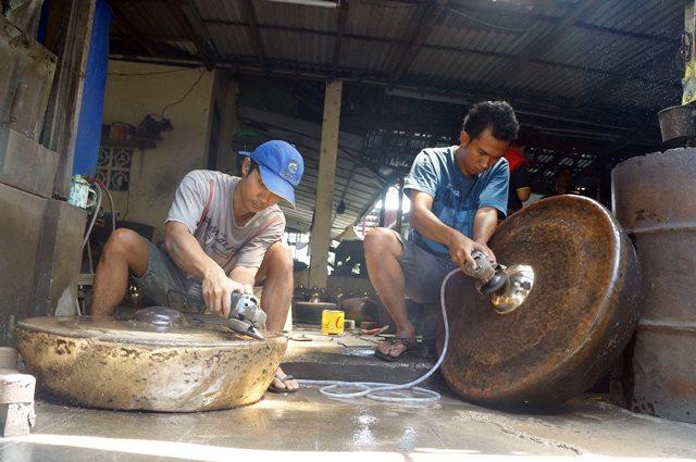 Di desa Wirun, saya bisa melihat proses pembuatan Gamelan dari A hingga Z.