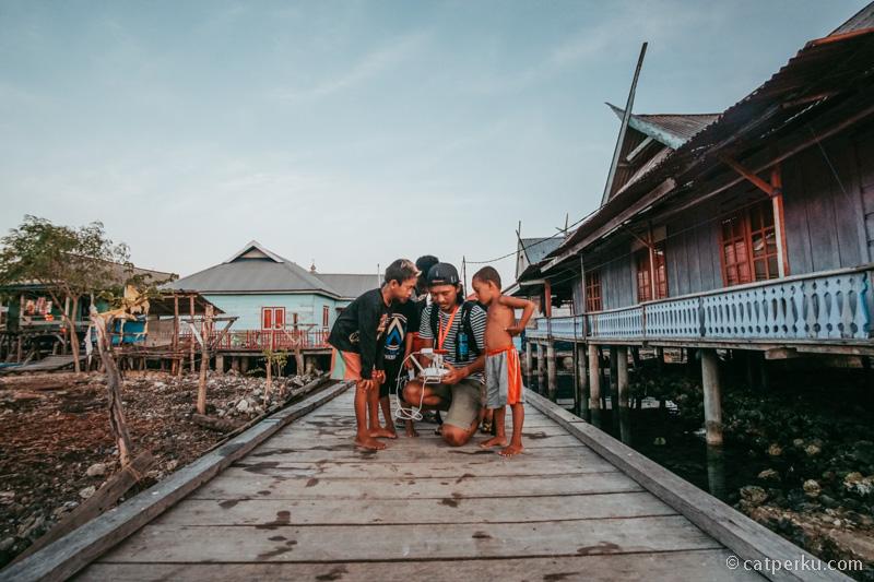 Di sekitar Pulau Kaledupa terdapat banyak rumah suku bajo yang berada di atas laut seperti ini.
