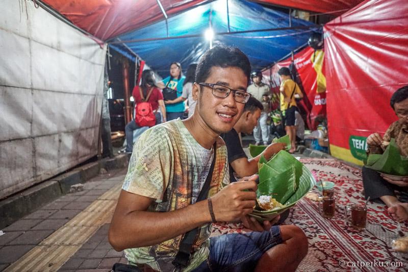 """Entah di Jogja atau Solo Paling demen makan ngemper gini. Apalagi makanya di """"pincuk"""" seperti ini."""