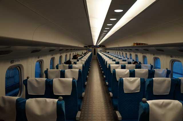 Formasi tempat duduk kereta Shinkansen adalah 3-2. Saya paling suka tempat duduk yang berada di dekat jendela. Kalau kalian bagaimana?