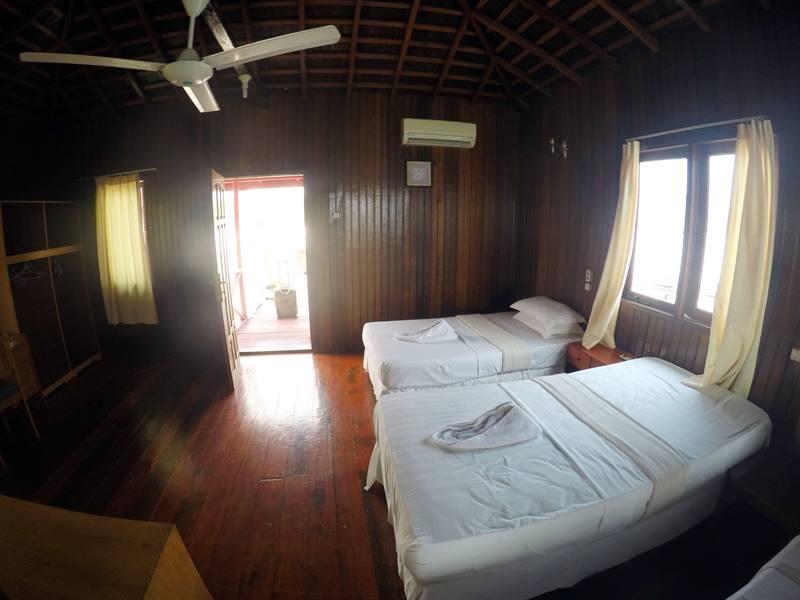 Water Villa Di Maratua Resort - Kasur dan pintu masuk kamar.