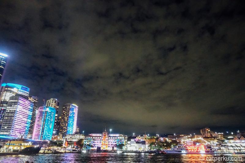 Banyak kapal yang juga ikut meramaikan acara ini. Bisa juga dinner di atas kapal sambil menikmati kerlap-kerlip lampu di Sydney. Harganya sih mulai dari AUD 25.