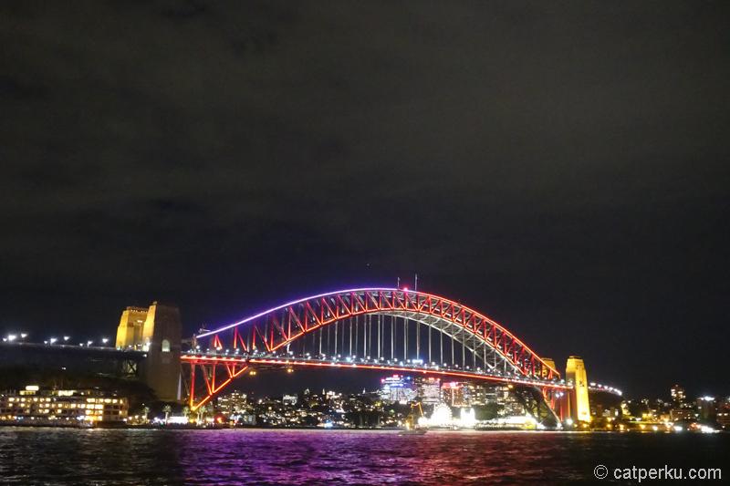 Harbour Bridge jadi penuh cahaya kayak gini! Keren!