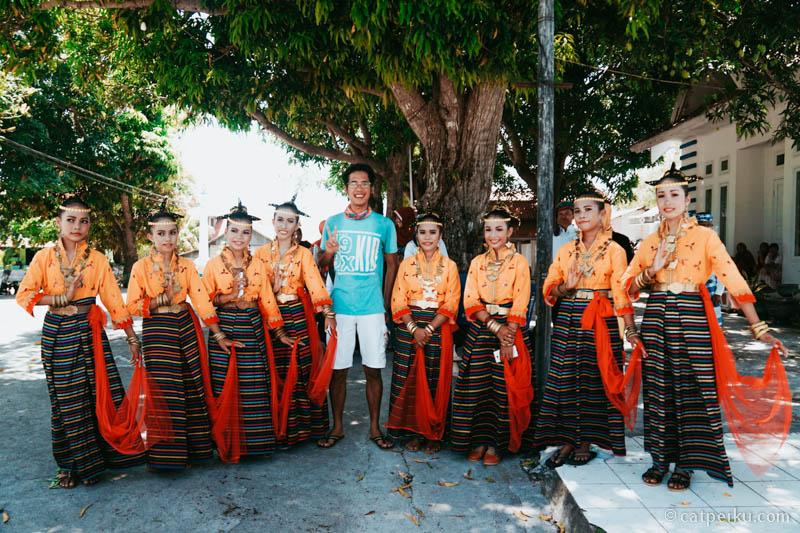 Foto bersama adek-adek penari di Pulau Binongko.