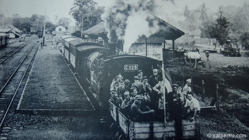 Foto para tentara hindia belanda yang sedang naik kereta api