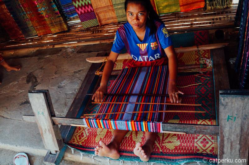 Gadis suku sasak yang sedang menenun kain! Yang kayak gini culik-able gak?