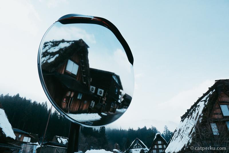 Gassho-zukuri di dalam pantulan cermin.