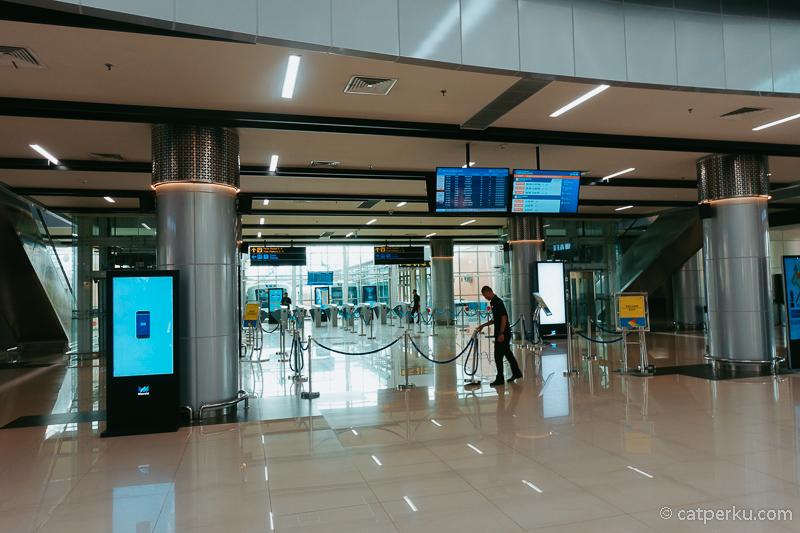 Gate untuk masuk ke peron Stasiun Kereta Bandara Jakarta Soekarno Hatta.